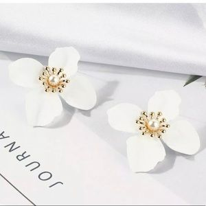 Jewelry - White and gold floral earrings
